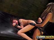 Доминантка заставила пленницу тщательно вылизать её попку, а после отстрапонила бедняжку как следует