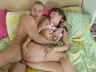 Малышка влюбилась в сорванца, так что дала ему не только в киску, но и жопу тоже