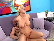 Лысик снял классную блондиночку, которую жёстко отъебал и обкончал ей все сиськи