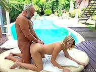 Блондинистая цыпочка сделала старому любовнику массаж и присела на эрегированный кол сверху