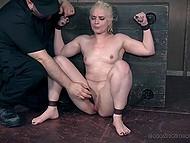 Беспардонный чел погрузил блонду головой в аквариум с мочой, прежде чем довести её до оргазма вибратором