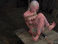 Развратник связал белокурую пленницу так, что каждое её движение будоражило эрогенные зоны