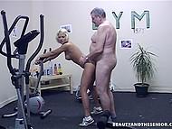 Gubben har satt upp egna gym och vanligtvis, han knullar bihustru det istället för att göra övningar