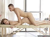 Невинный массаж вскоре перетёк в жаркий акт любви между членом массажиста и киски клиентки