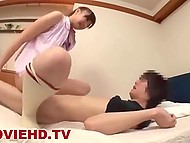 Распутная студентка уложила любовника в постель, чтобы оседлать её на камеру