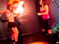 Энергичные девчата эротично танцуют на подиуме, пока самые смелые ебутся со стриптизёрами на заднем плане