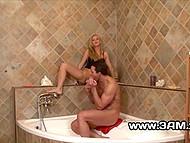 Светловолосая крошка задействовала ножки во время секса с мускулистым дружком в ванне