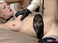 Самец привязал к кровати белокурую давалку с татуированным телом и хорошенько выебал