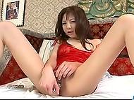 Миниатюрная японочка Hikaru Aoyama нацепила красное бельишко и резвится с вибратором