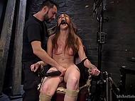 Мужик привязал худенькую молодуху к стулу и доставил ей острых ощущений, используя электрошокер