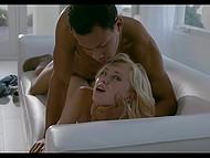 Бледнокожая молодуха со светлыми волосами тщательно смочила толстый хер перед страстным сексом