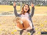 Стройная милашка из Азии не надела нижнего белья и задирает платьице на игровой площадке
