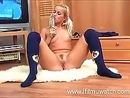 Белокурая норвежка с хвостиками аккуратно мастурбирует пиздёнку секс игрушкой в одиночестве