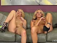 Светловолосые подружки на высоких каблуках бережно работают язычками и пальчиками на диване