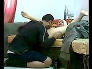 Араб пялит попастую жёнушку в хиджабе прямо на полу, чтобы не выпадать из кадра