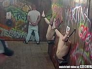 Чешка порно-индустрията е поразителен: мъжете пука и дават готини курви кран за продухване през дупки в стената