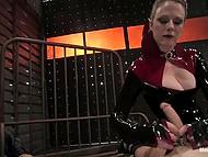 Безжалостная дама в чёрном наряде не даёт связанному мужику расслабиться в комнате пыток