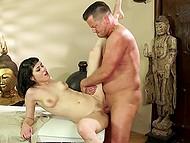 Хрупкая азиаточка с подстриженной писечкой одарила посетителя дополнительной услугой в массажном салоне