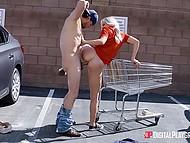Беловолосой работнице магазина чаевых оказалось мало, так как она была не прочь анального секса на парковке