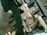 Надзиратель в маске заставляет голую и испуганную блондинку выполнять все свои фантазии