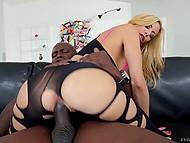 Чёрная дубинка любовника заставляет опытную блондинку страстно стонать на диване