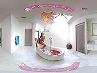 Титястая латиночка Abby Lee Brazil принимает ванну с лепестками роз и мастурбирует в VR видео