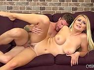 Блондиночка с потрясающей попкой и упругой грудью знает, как вести себя на кастинге
