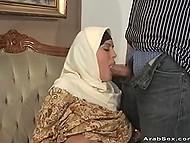 Усевшись на хер мужа, арабка задрала длинную накидку и оголила большущие цицероны
