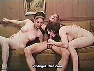 Две привлекательные девушки с волосатыми кисками радуют мужика отличным минетом