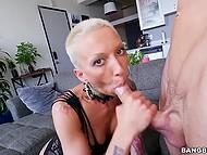 Коротко стриженная блондинка имеет большую жопу и её узкая пизда желает крепкий хуй прямо сейчас