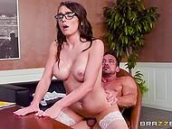 Хитрый босс приглашает на работу сексуальную секретаршу с хорошими сиськами для вульгарных утех в офисе