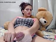 Tittare av web chat fick övertygad om att ladyboy hade inte bara stora bröst, men också stora dildo