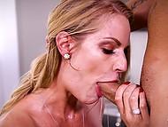 Шикарная блондинка использовала глубокую глотку, пока не получила заряд спермы в рот