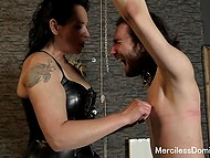 Злая леди говорит непристойности и шлёпает невинного парня, чтобы сделать из неё послушного секс-раба
