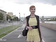Рыжая куколка из России мастерски задирает платьице и показывает киску прямо на набережной