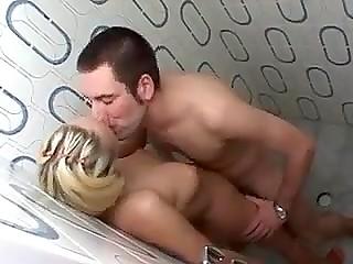 Чешская парочка отправилась в душевую, но сперва решила поебаться, а уже после омывать друг друга