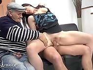 Старый мужик помогает молодым людям заниматься сексом в разных позах на диване