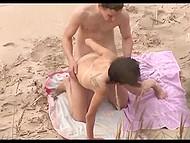 Шпион с камерой снимает парня в кепке, полирующего писю его возлюбленной на пляже