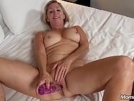 Светловолосой старушке недостаточно члена в вагине и в ход идут анальные шарики