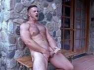 Väärikas põllumajandustootja koos pumbatud lihased läheb alasti veranda ja toidab oma madu