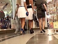 Цыпочки так увлечены разглядыванием ювелирных украшений, что не замечают, как мужик заглядывает им под платья