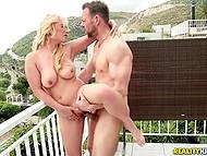 Husets ägare grundligt penetrerade white-headed babe med naturliga bröst i utbyte för att betala hyra