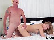 Блондинка Alexa Grace шлёпает Donald Trump по заднице, а он её трахает и кончает в киску