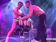 Maduro noruego porno de ascensores a tope en el escenario y disfruta de dos strippers jugando con su vagina