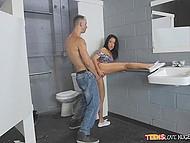 Высокий парень и милая сестра его девушки устроили секс-марафон в туалете