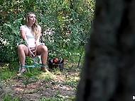 Любопытный парень подглядывает за девицей, которая самоудовлетворяет себя в лесу