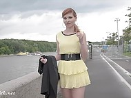 В дождливую погоду россиянка Jeny Smith вышла прогуляться по городу и посветить голой пиздёнкой