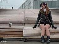 Русачка в короткой юбке без трусиков уселась на лавочку в парке и пообщалась с голубем