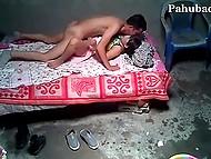 Азиатската проститутка мие член на клиент, преди да се движи и човек чука си путка в мисионерска на леглото