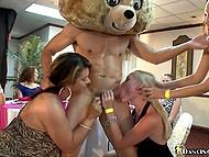 Секси мадами свирка за стриптизера, който танцува по повод на моминско парти